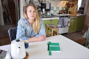 Alexandra Lindqvist har givit ut sin gröna bok Currently true - a country led in treason som ett stöd för det iranska folkets kamp för en bättre tillvaro.