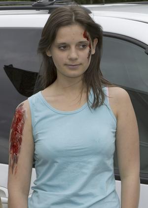 """Låtsas-skadad. Lisa-Marie Sandert har blivit sminkad för att skadorna ska se så verkliga ut som möjligt. """"Jag var lite nervös innan, men nu vet man hur det är. Jag har nog lärt mig något"""" säger hon."""