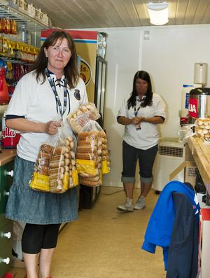 LADDAT.Katri Edvardsson har händerna fulla med korvbröd. De kommer alla att gå åt då de räknar med att sälja åtminstone 200 korvar.