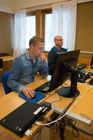 Mats Eriksson och de andra lärarna använder bland annat datorn för att lära eleverna att kommunicera på nytt.
