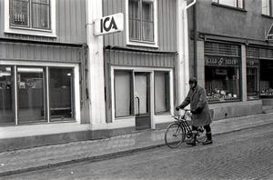 Kungsgatan 40. Som hämtad ur en bok av Jan Lööf ser han ut, mannen som passerar ICA på Kungsgatan 40.