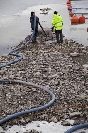 Under torsdagen beställde Östersund Vatten en sugbil som sög bort den värsta sörjan vid båthamnen ute på Frösön. Exakt när det eventuella läckaget är åtgärdat kan kommunen i dagsläget inte svara på.