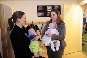 Det finns barn i Nornäs, men inte tillräckligt många för att skolan ska leva kvar. Caroline Hjort med sonen Filip 2 månader och barnlediga lärarinnan Ninni Hjortvall med Linnea, 2 månader. Foto:NisseSchmidt