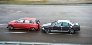 Alla de stora biltillverkarna utvecklar i snabb takt säkerhetsteknik som kan identifiera inte bara andra bilar utan också fotgängare, cyklister och djur. Även i mörker. Och om inte föraren reagerar i tid så bromsar bilen själv. Behövs det tar tekniken även över ratten och styr undan.Foto: Daimler