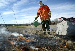 Släckutrustning. Brandförman Lars Boström uppmanar alla som har för avsikt att elda i trädgården se till att det finns släckutrustning tillhands. Foto: Peter Ohlsson.
