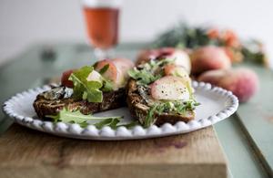 Ädelost och persika är en förunderligt god kombination. Här på rostat frukt- och nötbröd.   Foto: Christine Olsson/TT