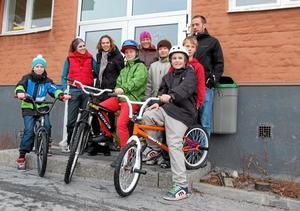 Cykelgäng. Ett antal av de inblandade utanför Järntorgsskolan. I röd väst Karolina Fareid, till höger om henne Karin Åhman och Katarina Rönnbacka Nybäck. bild: Marc van Wessel, praktikant