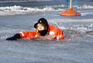 4. Sakta men säkert simmade Elin Bruerberg fram genom den svaga vårisen.