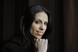 Annorlunda. Sara Lumholdt blev känd i gruppen A-Teens. Men de som förväntar sig A-Teens-Sara i Melodifestivalen kommer att bli besvikna.