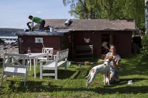 Maries sambo Henrik Jansson är i full färd med att renovera parets sjöbod.