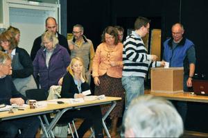 Den nyvalda valnämnden fick börja med att ordna en sluten omröstning om vem som skulle leda kommunstyrelsen. Här röstar Daniel Danielsson (C).Foto: Elisabet Rydell-Janson