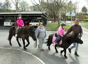 Skönsbergs Företagarförening bjöd på uppskattad ponnyridning. Meja Arab är 6 år och rider på hästen Wilma ledd av Lena Tjäderborn.   Savannah Pettersson är 7 år och rider på hästen Milly ledd av Susanne Bredin.