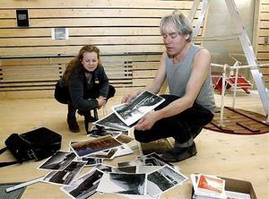 Anna Carleman och konstnären Jan Björkman jobbar med urvalet av bilder till vernissaget för sommarens utställning i Skule Naturum.
