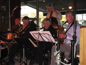 Lasse Forsberg, Jan-Olov Oscarsson, Leif Olsson, Walter Granlund och Börje Jacobsson serverade en oförglömlig jazzupplevelse på Olavs pub i Trondheim.
