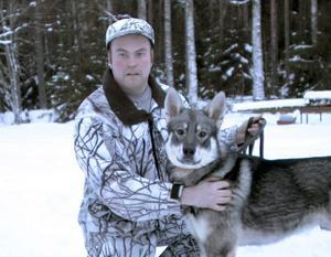 Det finns bara jakt för mig. Jakten täcker upp hela året för en annan. Just nu är mårdjakten och rävjakten aktuella, säger Per-Erik Götesson här med sin hund Bamse. Per-Erik har också en kennel och uppfödning av jakthundar.