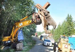 När skotet är alltför stort att rymmas i inmatningen används det här klippaggregatet som sitter monterat på en grävmaskin.