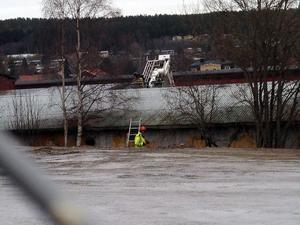 Det började brinna på ett tak till en verkstadsdel av Höglandssågen i Ö-vik.