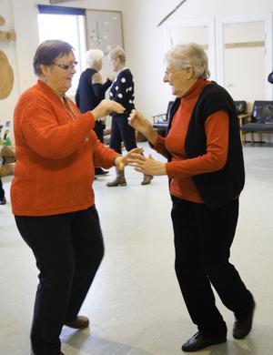 Christina Lindberg dansade linedans förut. Nu provar hon på seniordans för första gången och får instruktioner av Margot Jonsson.