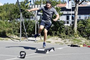 Här gör Victor en av sina övningar.