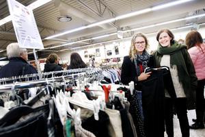 Terese Mattson och hennes kompis Hanna Bergvall fyndar kläder.