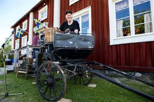 Arrangören Tommy Thelin var på gott humör när det vankades dubbelkalas på hembygdsgården i Bjästa.