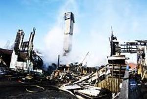 Foto: NICK BLACKMON Totalförstört. Av det stora tvåvåningshuset på Fallvägen i Lingbo var inte mycket kvar på söndagen. Polisen misstänker att branden var anlagd.