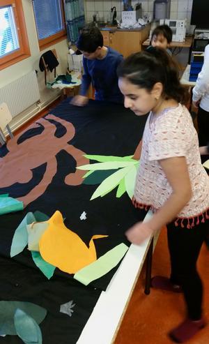 Klass 5b i Nygårdsskolan i Borlänge syr själva kulisserna till Djungelboken.