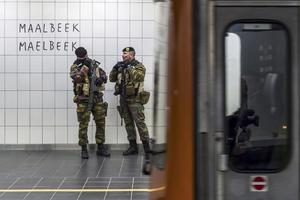Belgiska soldater bevakar tunnelbanestationen Maelbeek i Bryssel som utsattes för ett terroristattentat den 22 mars.