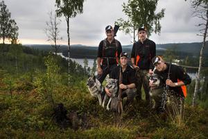 Från vänster, Rikko, Anders Henriksson, Ilka, Martin Jonsson, Marcus Jonsson, Cliff och Mattias Jonsson. I bakgrunden Stor sundsjön.