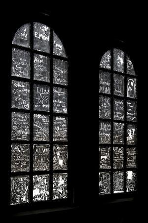 Mörkt. Verket i Avesta är till stor del mörklagt, och konsten mejslas fram därifrån.