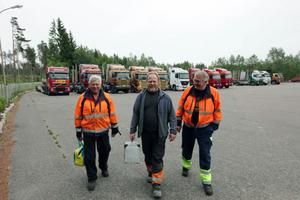 Tolv lastbilar har Göranssons i Vislanda. Här kommer Curt Göransson, till vänster, gående tillsammans med Ralf Bergman och Ingemar Eklund.