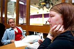 Foto: GUN WIGH Ja och nej. Sandra Eriksson vill jobba med barn och kan inte tänka sig att arbeta inom äldreomsorgen. Det kan däremot Sanna Westby som också sökt sommarjobb inom hemstjänsten.