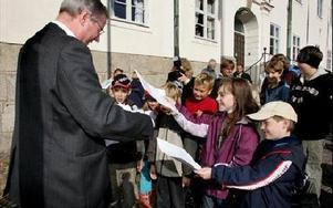 -- Lägg inte ner vår skola. Mikael Rosén, m, fick ta emot 600 namnunderskrifter med krav på att bevara Toftbyns skola. foto: BERIT DJUSE