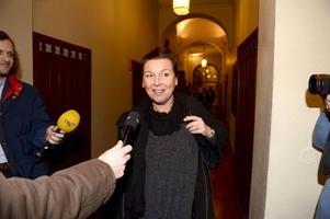 Lotta Engberg på väg in i rätten. Under tisdagen och onsdagen skall hon och Magnus Carlsson förhöras.