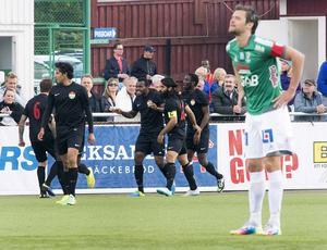 Michael Omoh gjorde ett av Dalkurds mål i 4–2-segern i juni 2014. I förgrunden Peter Magnusson, som undrar vad som hände. Bild: Mikael Forslund