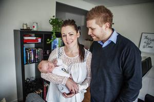 Knappt två veckor gamla Livia vilar i mamma Anna Anderssons famn. Pappa Erik Eriksson fick agera barnmorska när Anna födde i hallen.