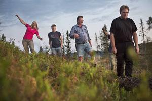 Evelina Åslund, Roger Bäck, Anders Lysén, Marcus Sjöblom och Börja Amrén.   – Björn har väldigt bra hörsel och luktsinne, men dålig syn. När en björn reser sig är det för att kunna se bättre, inte för att gå till attack som många verkar tro, berättar guiden Roger Bäck.