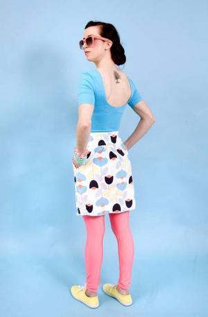 Turkos body från Gina Tricot, 129 kr. Mönstrad kjol från Åhléns, 199 kr och neonrosa leggings från Gina Tricot, 199 kr. Gula tygskor från Berglövs, 199 kr. Rosa solglasögon från Gina Tricot, 59 kr. Armbanden kommer från Glitter.
