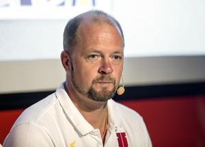 Pontus Gustafsson, general manager i Örebro Hockey, sitter lugn i tränarfrågan.