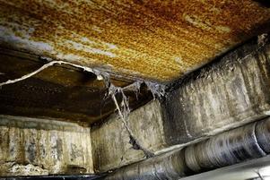 Decennier av damm och smuts hänger i taket i de gömda rummen under Stortorget. Härifrån har bland annat markvärme och fontän styrts sedan Stortorget byggdes om totalt förra gången, på 1970-talet.