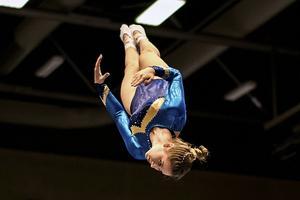 Nu väntar EM för Geflegymnasten som balanserar skola och hård träning. – Det går om man vill, säger hon.
