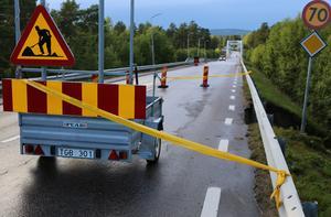 Ena körbanan på E45 genom Sveg har stängts efter ett ras.