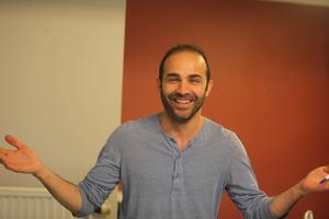 Hazem Alhusin har roligt på jobbet.