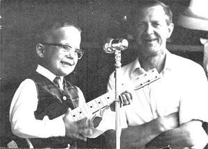Året är 1965 och Lennart, som han hette på den tiden, är fem år och uppträder här tillsammans med Folke