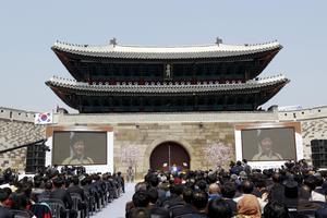 Den sydkoreanska presidenten Park Geun-hye håller tal under öppningen.