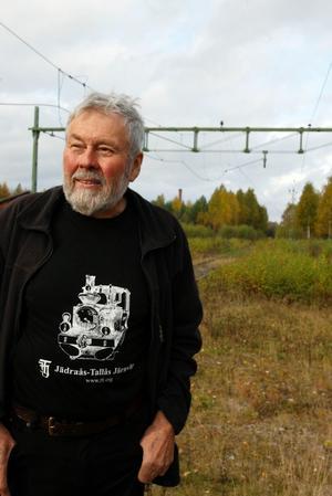 Claes Sundberg har rensat vid banområdet. När vinden ligger rätt kan han höra tågen som går på stambanan.