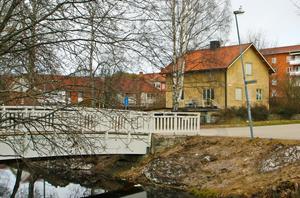 Där det gula huset ligger vid den så kallade kyssbron vill Sandvikenhus uppföra en byggnad som kan bli uppemot 16 våningar hög.