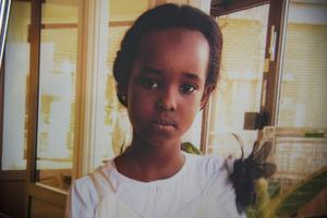 På vardagsrumsbordet står ett inramat fotografi på Yohanna. På bilden har hon allvarlig blick, men hon var ett livligt och glatt barn, berättar Hana Araya.