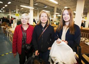 TRE GENERATIONER. Amanda Moberg, som till vardags pluggar till ekonom i Lund, tog med sig mamma Eva Moberg från Nacka och mormor Anna-Greta Moberg som bor i Gävle.  Amanda hittade bland anant en spetsklänning från 60-talet.