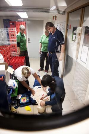 Per Persson från Anticimex intsruerar personalen vid Coop i Bjursås hur man hanterar en hjärtstartare.